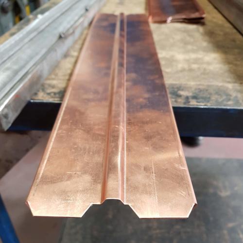 Hos Star Industri arbejder vi også i kobber - ses hvordan et emne bukkes op i kantpressen