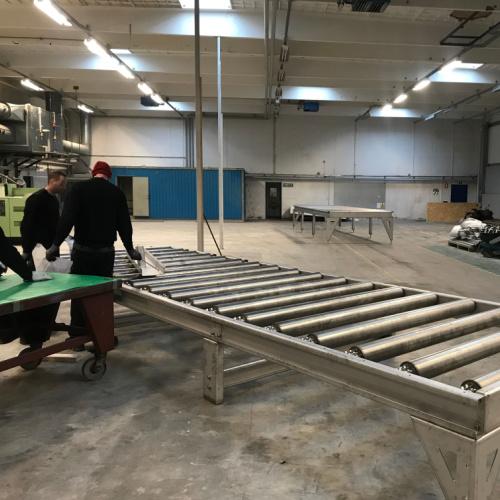 Her er Star industri i gang med at samle og monter stor rullebaner i rustfrit stål til et førdevare godkendt lager hos en dansk industri kunde