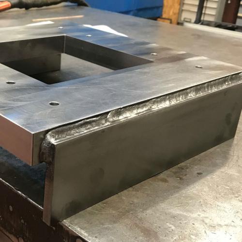 Star Industri har her svejst med rørtråd to guideplader på en CNCfræst stålplade til en maskine der skal bruges til at sikkerhedsteste materiel inden for fx militær