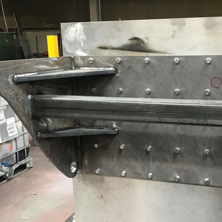 Her har Star Industri med MAG-svejsning, proces 136 i plade med pulverfyldt rørtråd på certifikatniveau svejst en bærene del til en prototype