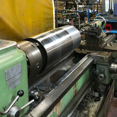 Her drejer Star Industri en vals på 2 meter drejebænk med ø89 gennemboring