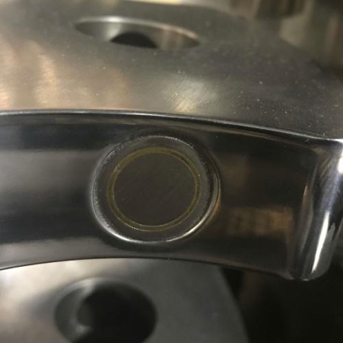 Her har Star Industri CNC-fræset et emne i rustfristål og poleret det efter montage af magnet