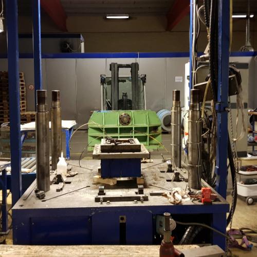 Her renover Star Industri en stor hydraulisk presse