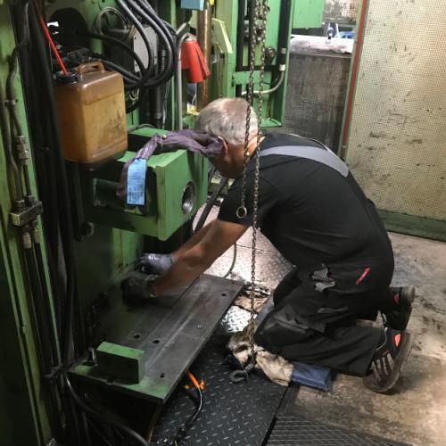 En af Star Industri montør ude ved kunde reparerer en maskine